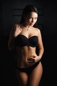Ragazza perfetta in una sexy lingerie nera