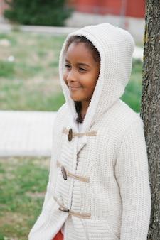 Ragazza piuttosto africana con abiti invernali
