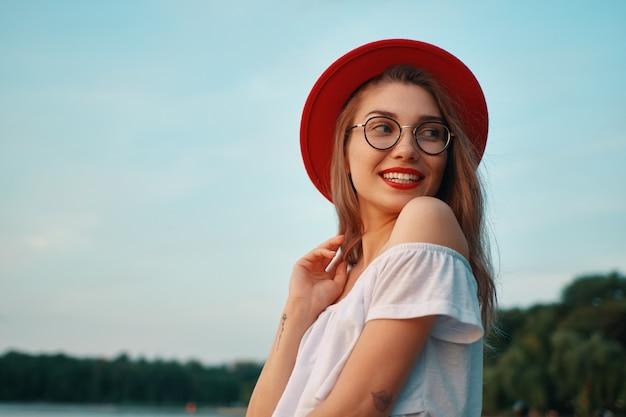 Ragazza positiva lucida del ritratto con il sorriso irresistibile