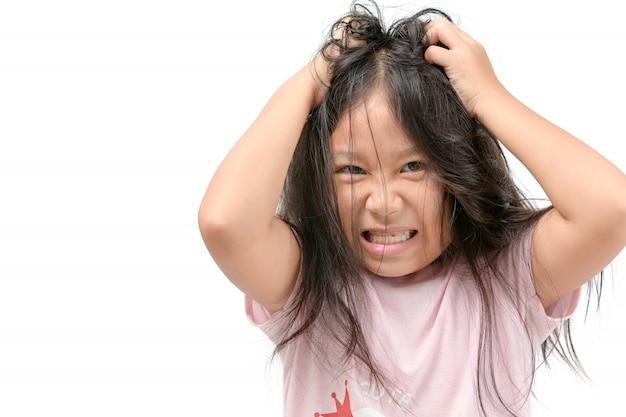 Ragazza prurito i capelli o bambino frustrato e arrabbiato