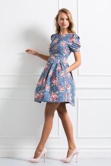Ragazza riccia in bellissimo vestito