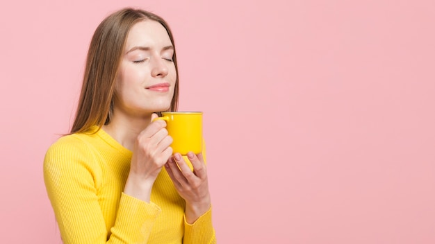 Ragazza rilassata con caffè