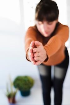 Ragazza rilassata praticare yoga a casa