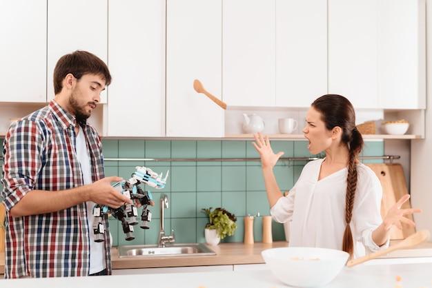 Ragazza rimprovera con il fidanzato. la donna urla arrabbiata.