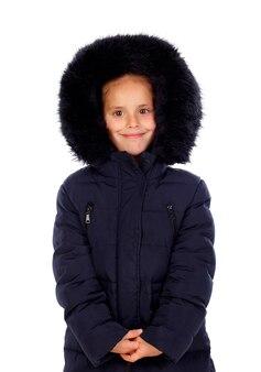 Ragazza riparata con cappotto nero e cappuccio