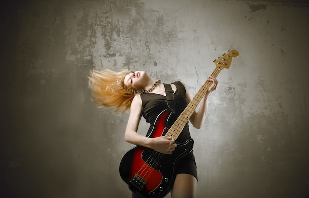 Ragazza rocker con una chitarra