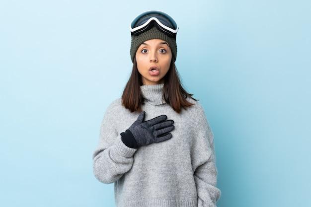 Ragazza sciatore con occhiali da snowboard