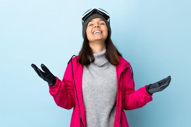 Ragazza sciatore da corsa con occhiali da snowboard sorridente molto