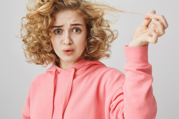 Ragazza sconvolta che si lamenta di un brutto taglio di capelli