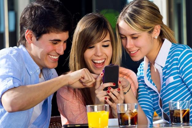 Ragazza seduta sms telefono smartphone