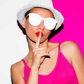 Ragazza segreta in occhiali da sole e cappello. minimo stile pop art