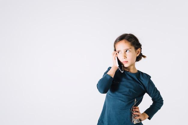 Ragazza seria che parla sul telefono