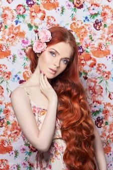 Ragazza sexy bella rossa con i capelli lunghi.