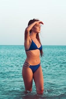 Ragazza sexy in bikini