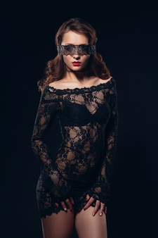 Ragazza sexy in lingerie nera bellissimo trucco