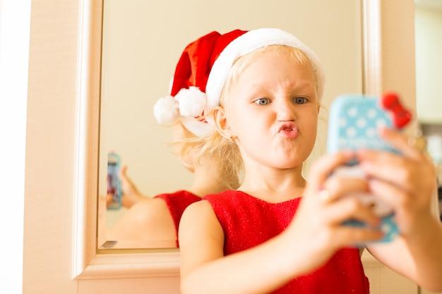 Ragazza smorfia divertente che fa selfie