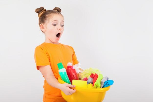 Ragazza sorpresa con un bacino pieno di detergenti