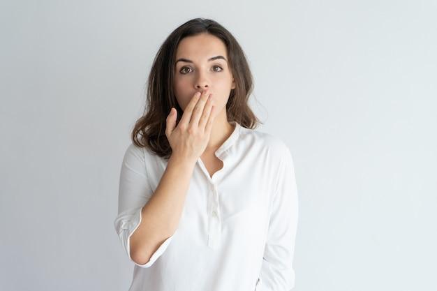 Ragazza sorpresa e scioccata che impara notizie o pettegolezzi.