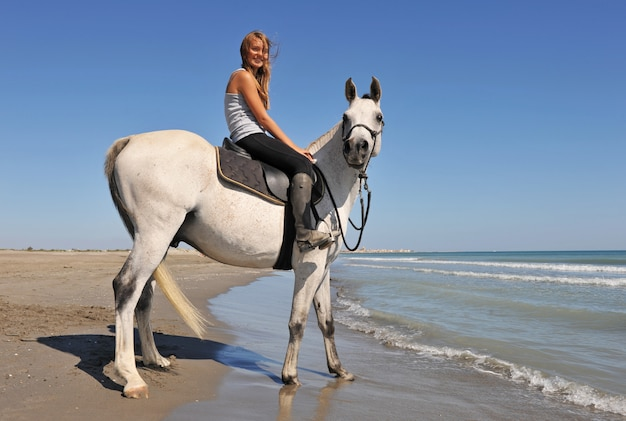Ragazza sorridente a cavallo