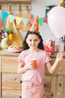 Ragazza sorridente che celebra un compleanno