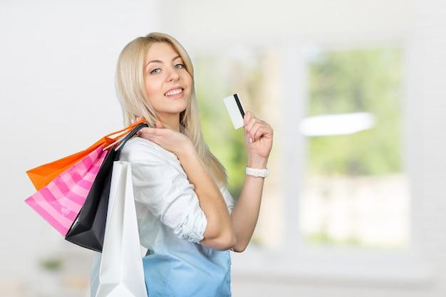 Ragazza sorridente con borse della spesa