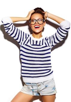 Ragazza sorridente con labbra rosse e occhiali