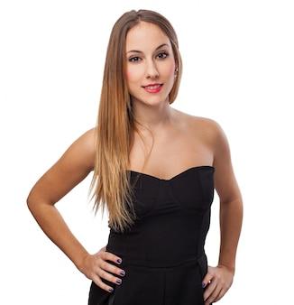 Ragazza sorridente con un vestito nero