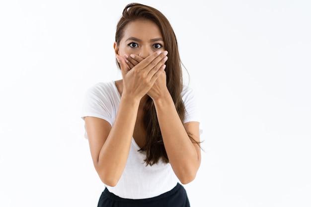 Ragazza spaventata scioccata dalle notizie