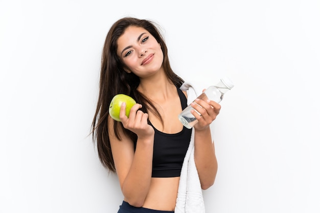 Ragazza sportiva con una mela e una bottiglia d'acqua