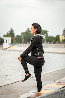 Ragazza sportiva fa yoga