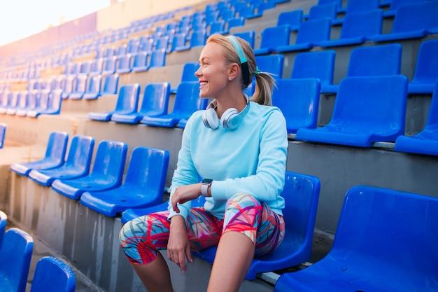 Ragazza sportiva felice sullo stadio
