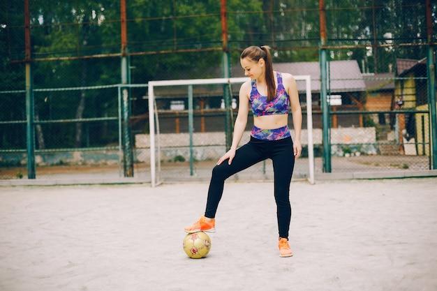 Ragazza sportiva in un parco