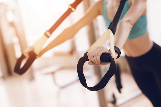 Ragazza sportiva nell'argomento sulle corde coinvolte negli sport