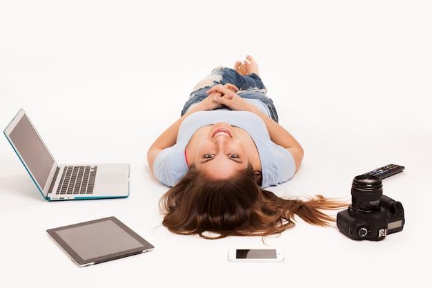 Ragazza sprawl in studio con il computer portatile