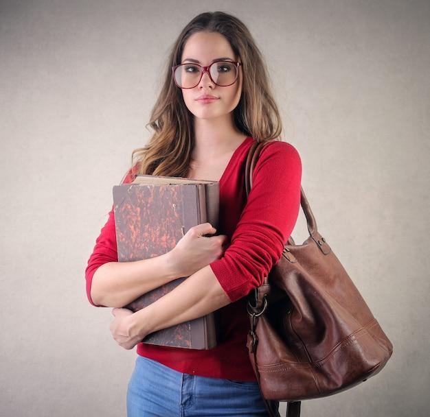 Ragazza studentessa carina con libri