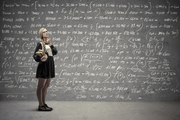 Ragazza studentessa pensando a una soluzione