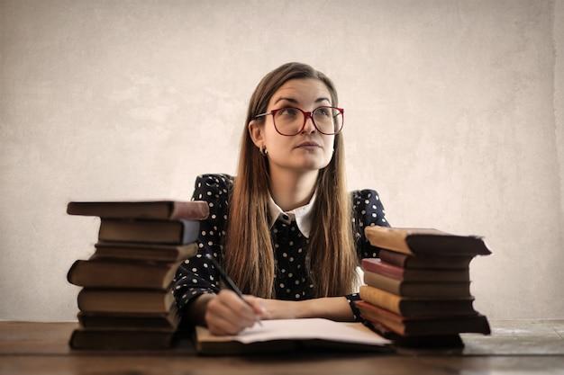 Ragazza studentessa prendendo appunti