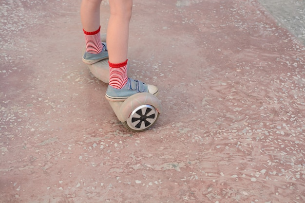 Ragazza su un hoverboard