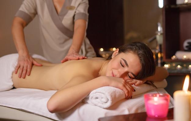 Ragazza sul massaggio nel salone spa.