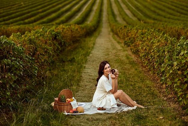 Ragazza sul picnic in mezzo al campo.