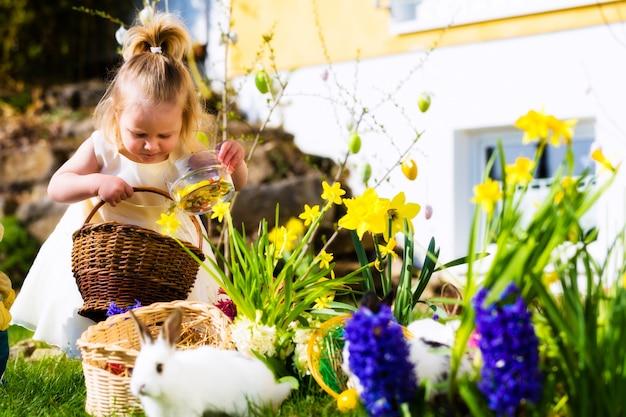 Ragazza sulla caccia dell'uovo di pasqua con le uova