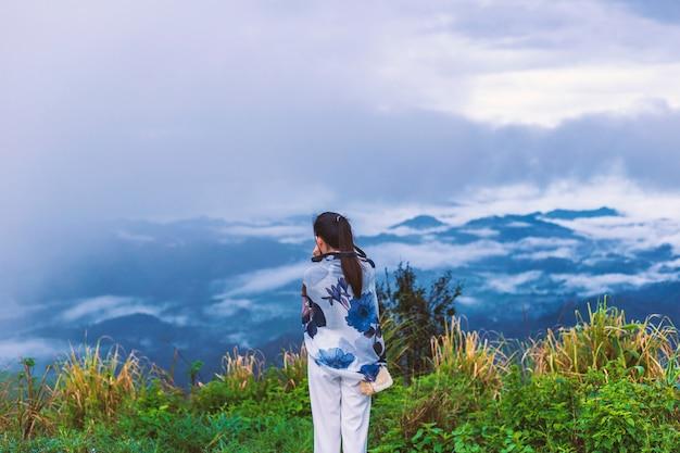 Ragazza sulla collina superiore mentre scatta una foto al mattino.