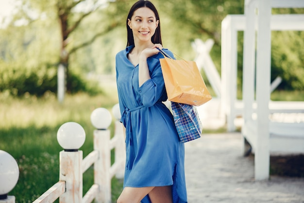 Ragazza sveglia con il sacchetto della spesa in un parco