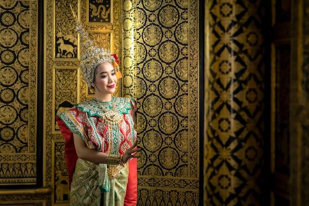 Ragazza tailandese in costume tailandese tradizionale, cultura di identità della tailandia.