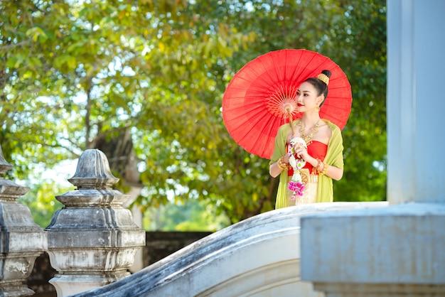 Ragazza tailandese in costume tailandese tradizionale