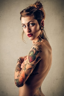 Ragazza tatuata nuda