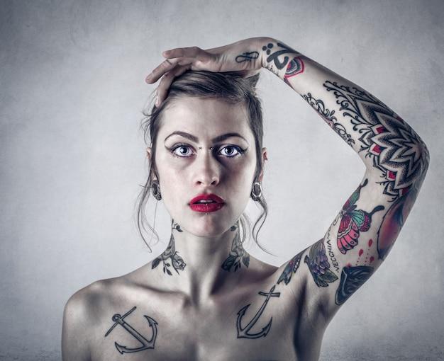 Ragazza tatuata