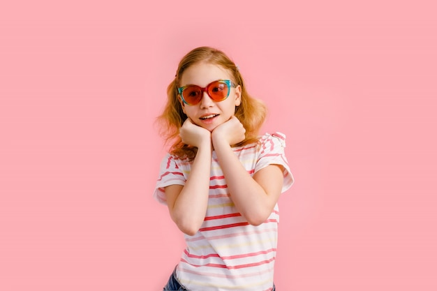 Ragazza teenager bionda nel sorridere degli occhiali da sole della scintilla