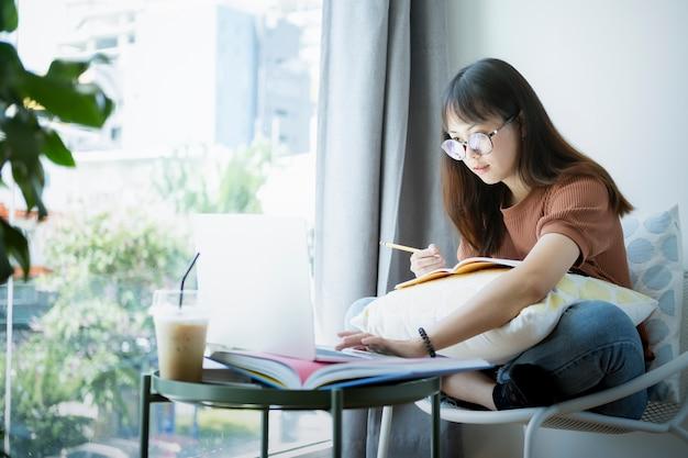 Ragazza teenager che per mezzo del computer portatile del computer per autoapprendimento online. apprendimento online, e-learning, studio autonomo e concetto di educazione online.