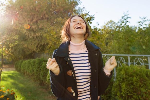 Ragazza teenager con un'emozione di felicità, successo, vittoria